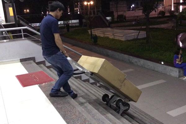 Dùng xe đẩy để hô trợ chuyển đồ