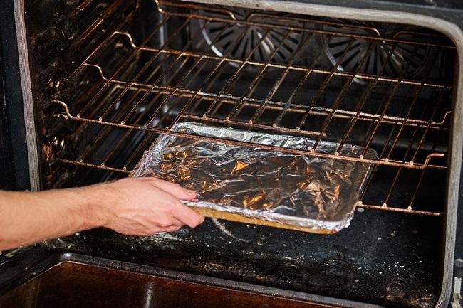 Để bánh không bị khô bề mặt, bạn nên bọc lại bằng 1 lớp giấy bạc hoặc giấy nến nhé
