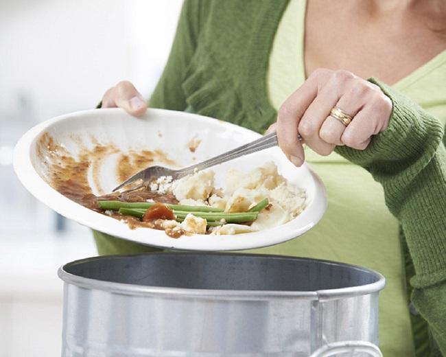 Đổ sạch thức ăn thừa trước khi rửa