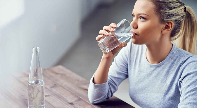 Uống đủ nước để giảm cảm giác thèm ăn