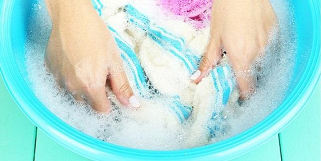 Tẩy vết dầu nhớt bằng bột giặt và nước nóng