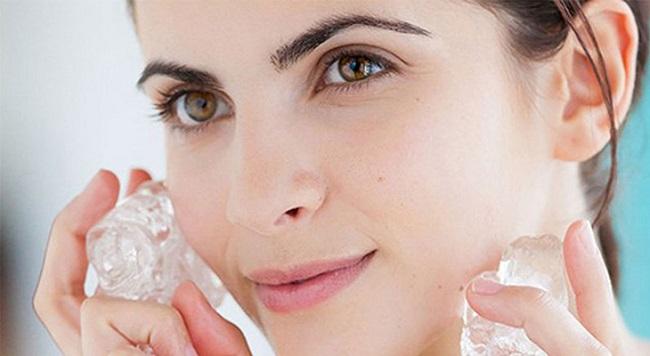 Da rạng rỡ khi rửa mặt với đá lạnh
