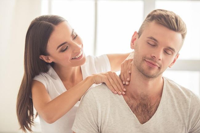 Thực hiện massage và xoa bóp