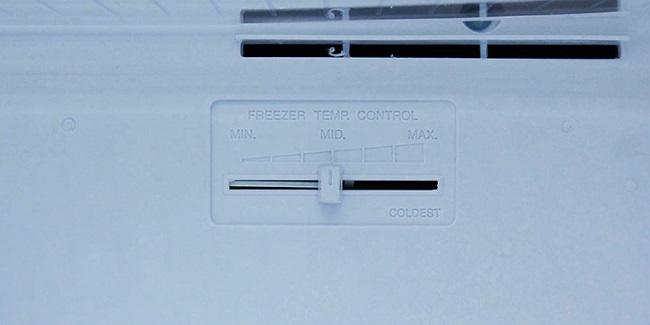 Nút điều chỉnh nhiệt độ nằm ở ngăn đá tủ lạnh