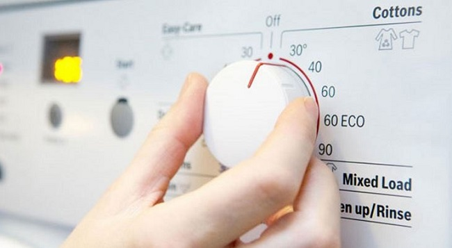 Tùy vào loại quần áo mà chọn giặt bằng nước nóng hay lạnh