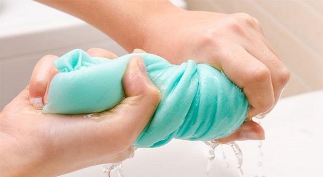 Vắt quần áo ráo nước trước khi sấy