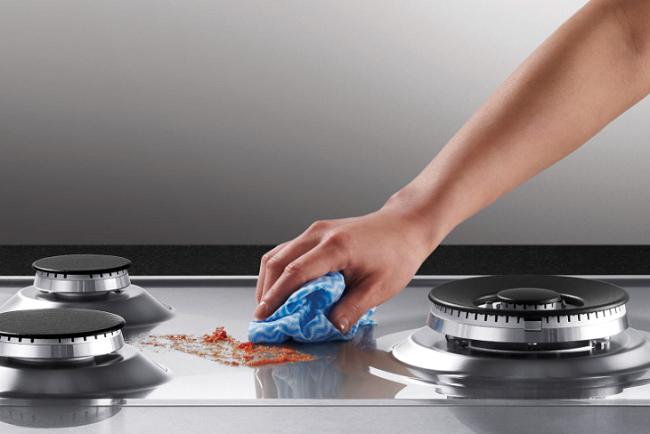 Làm sạch mặt bếp bằng dung dịch tẩy rửa từ thiên nhiên