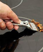Loại bỏ dầu mỡ bám bẩn bằng dao cạo chuyên dụng