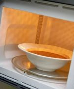 Các món canh, súp nên hâm bằng lò vi sóng để đảm bảo dinh dưỡng cho món ăn