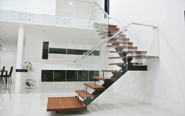 Tự chuyển nhà qua cầu thang nhỏ luôn tiềm ẩn rất nhiều khó khăn và nguy hiểm