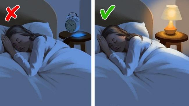Đồng hồ báo thức và điện thoại có thể ảnh hưởng tới chất lượng giấc ngủ của bạn.