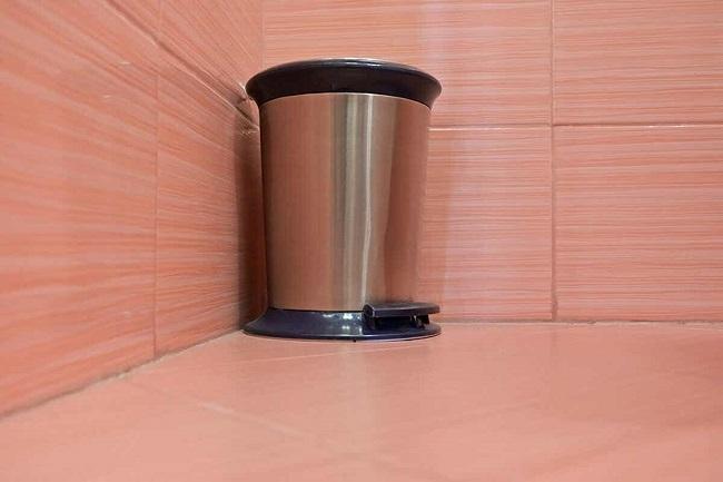 Cần đảm bảo thùng rác trong phòng tắm luôn sạch sẽ để ngăn ngừa phát sinh mùi hôi.