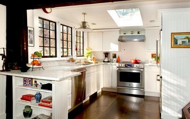 Cửa sổ kính, cửa sổ trần mang đến nguồn sáng tự nhiên ngập tràn phòng bếp.