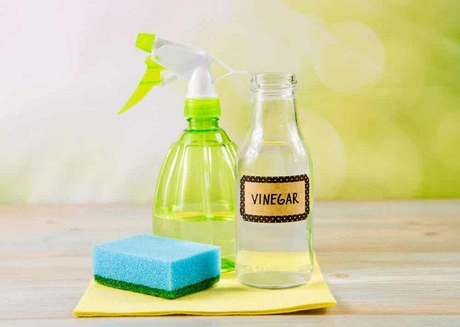 Giấm trắng, bakingsoda là những trợ thủ đắc lực giúp bạn loại bỏ mùi hôi phòng tắm.
