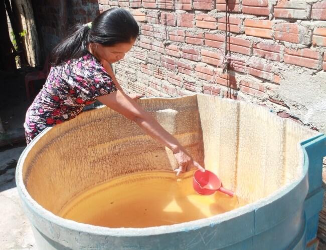 Nước nhiễm phèn là tình trạng nước có màu vàng đục, mùi hôi tanh, khi nếm thử thì nước có vị hơi chua