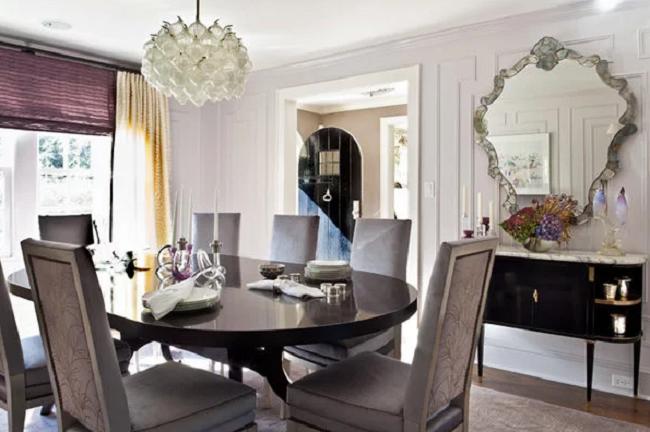 Trong phòng ăn, bạn nên treo gương ở vị trí có thể phản chiếu, nhân đôi thức ăn trên bàn.
