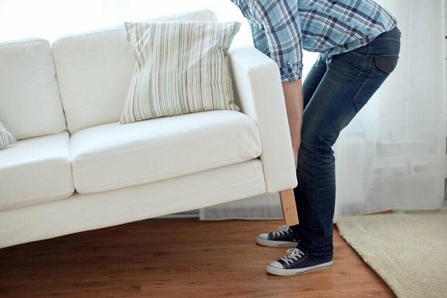 Vải bọc hư hỏng, đệm ngồi không còn thoải mái, mùi hôi khó chịu... là những dấu hiệu cho thấy bạn nên thay mới ghế sofa.